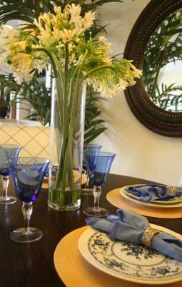Синий и желтый за обеденным столом