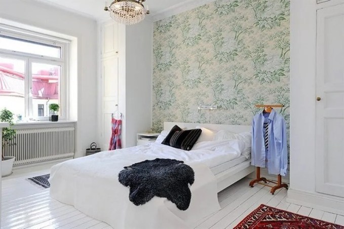 Floral-wallpaper-from-fancy-bedroom-with-crystal-pendnat-lamp-and-white-stylish-bedding