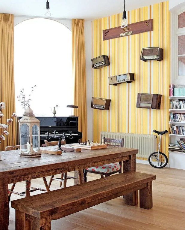 Striped-yellow-wallpaper-in-the-modern-dining-room