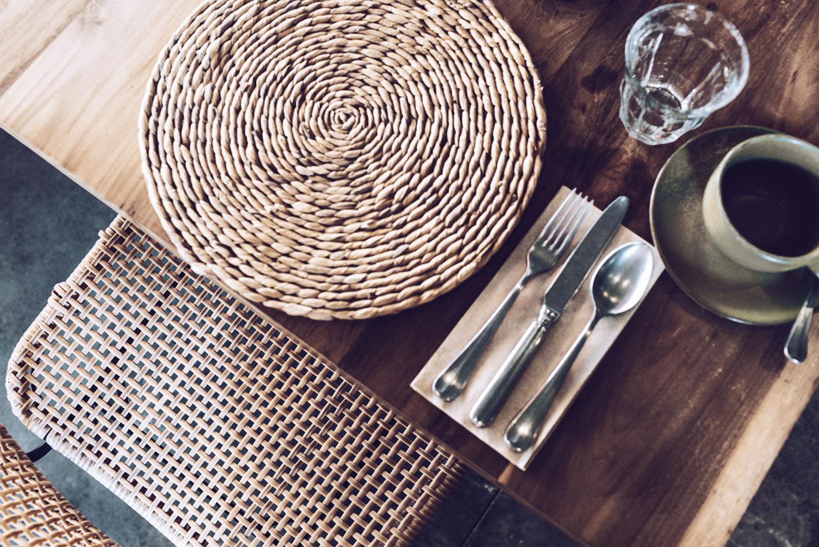 Detalle decoración mesa comedor de la piscina de casa cook ibiza
