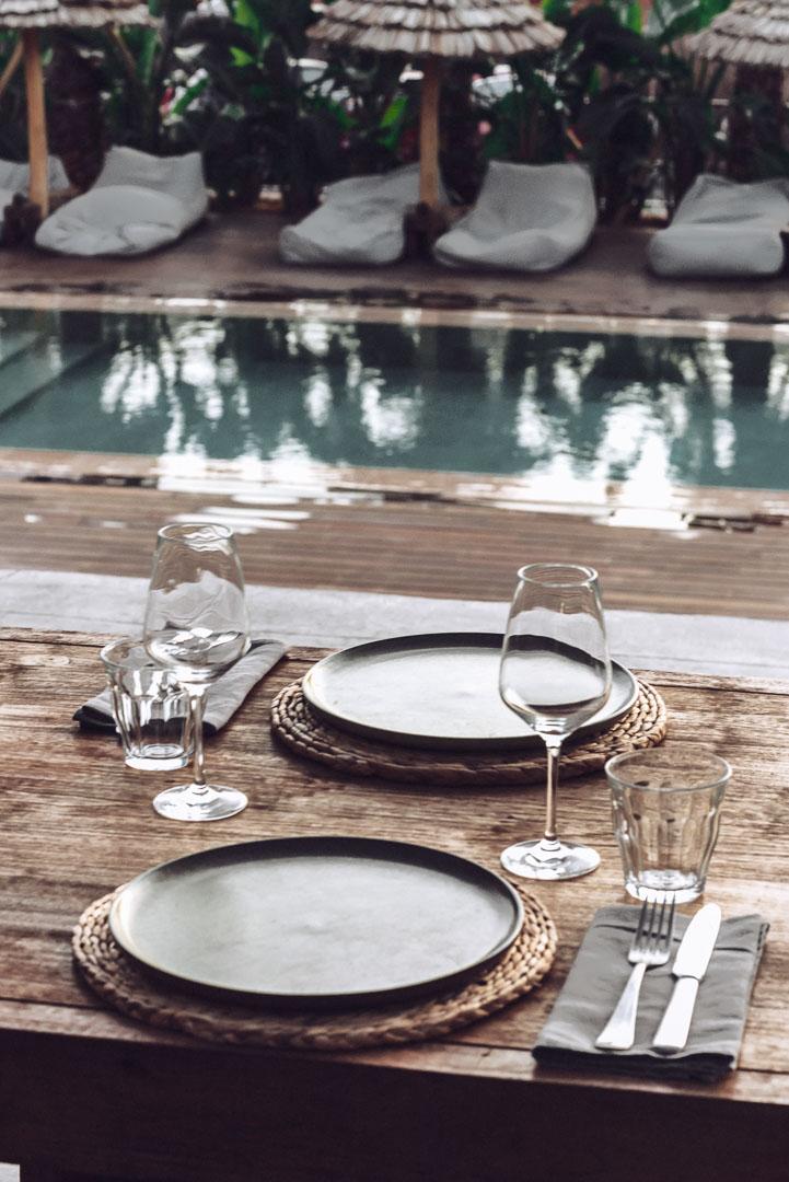Fotografía arquitectura real estate de mesa del exterior de la terraza y piscina del comedor en el hotel casa cook Ibiza