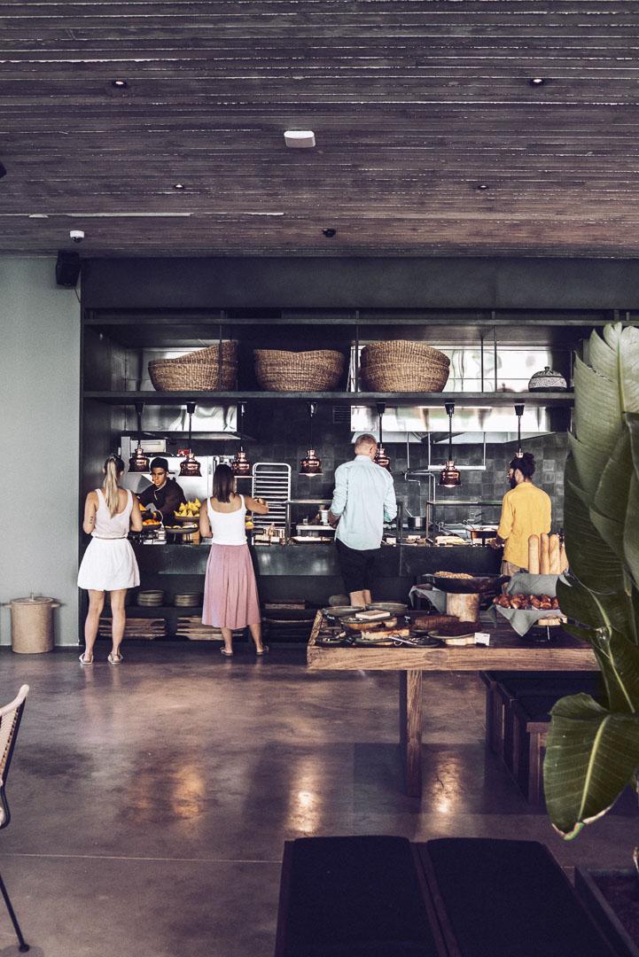 Fotografía arquitectura real estate del interior comedor con bufett desayuno en hotel casa cook ibiza
