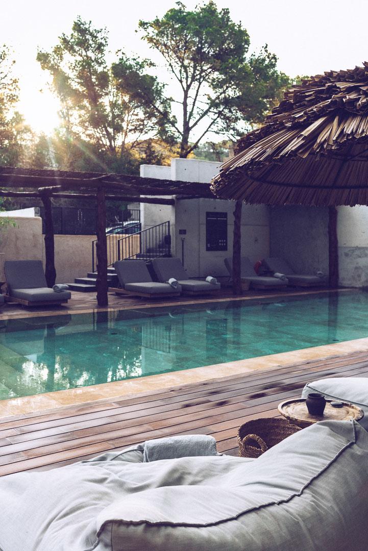 Fotografía exterior piscina secundaría al atardecer en hotel casa cook Ibiza