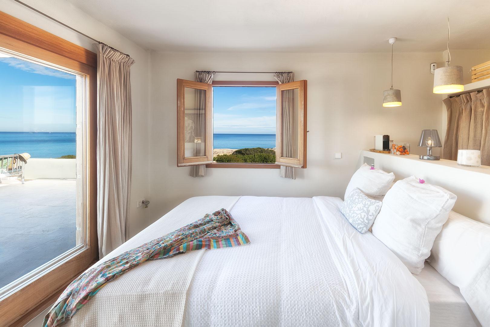 Fotografía real estate profesional del interior del dormitorio en casa de campo en Formentera