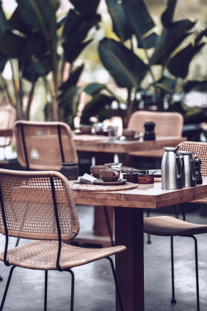 Imagen arquitectura real estate del desayuno al exterior del comedor del restaurante de Casa Cook Ibiza en las Islas Baleares
