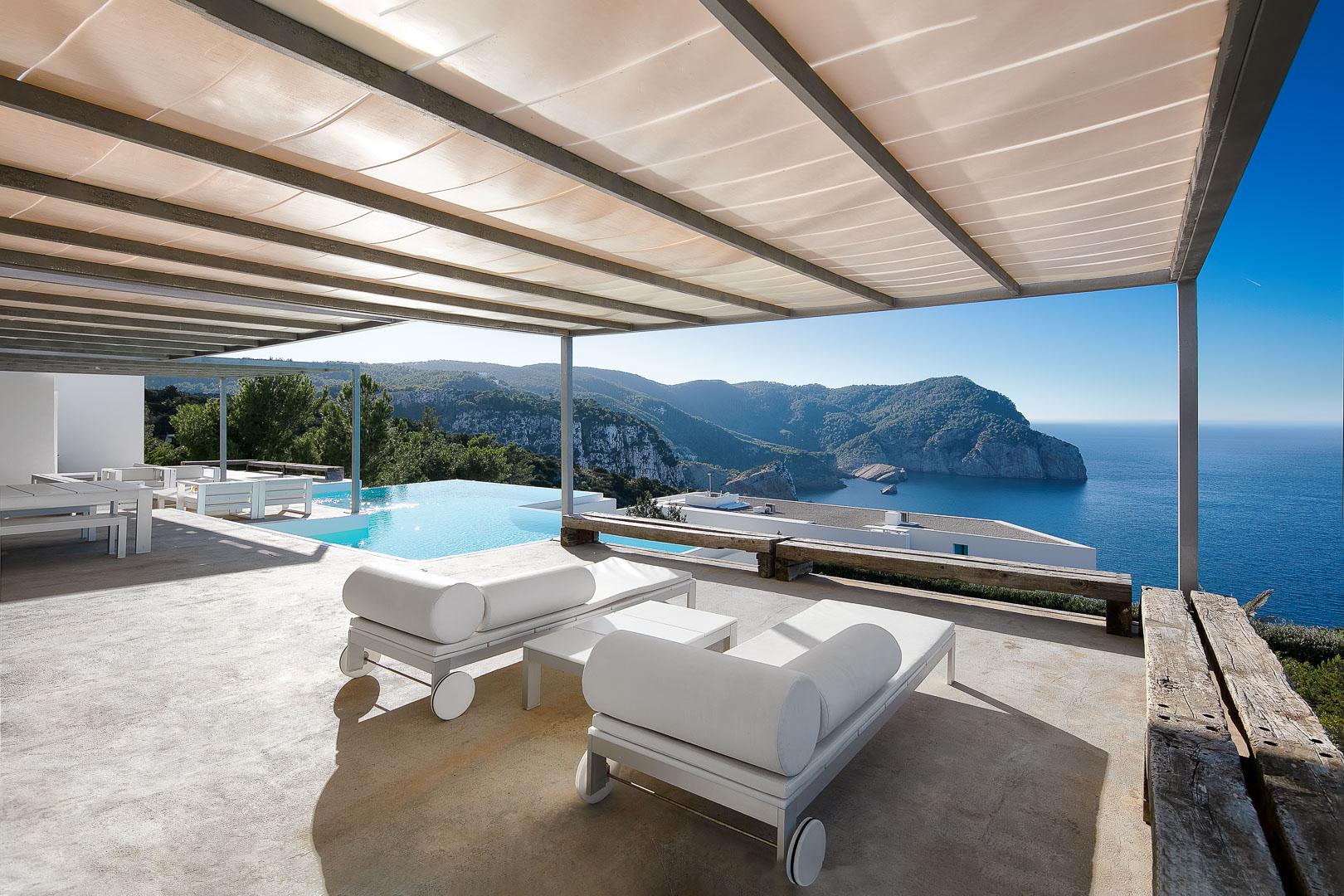 Reportaje fotográfico profesional exterior real estate villa privada de la piscina con vistal en el norte de Ibiza