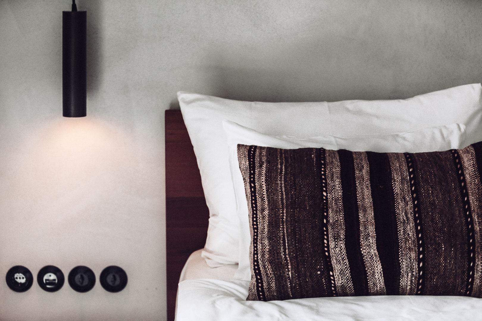 detalle frontal fotografía arquitectura real estate de cabecera cama en el dormitorio del hotel casa cook Ibiza