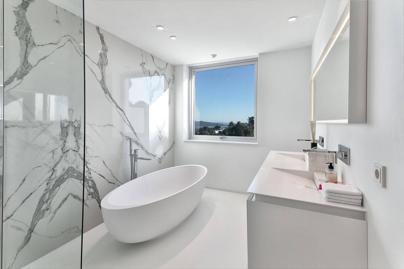 fotografía profesional real estate de baño interior de villa privada en Ibiza