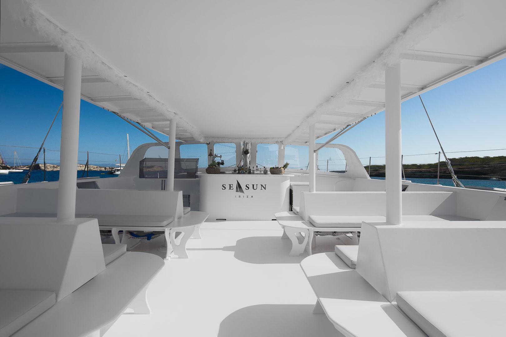 fotografia publicitaria del interior de un catamaran para pasajeros en ibiza
