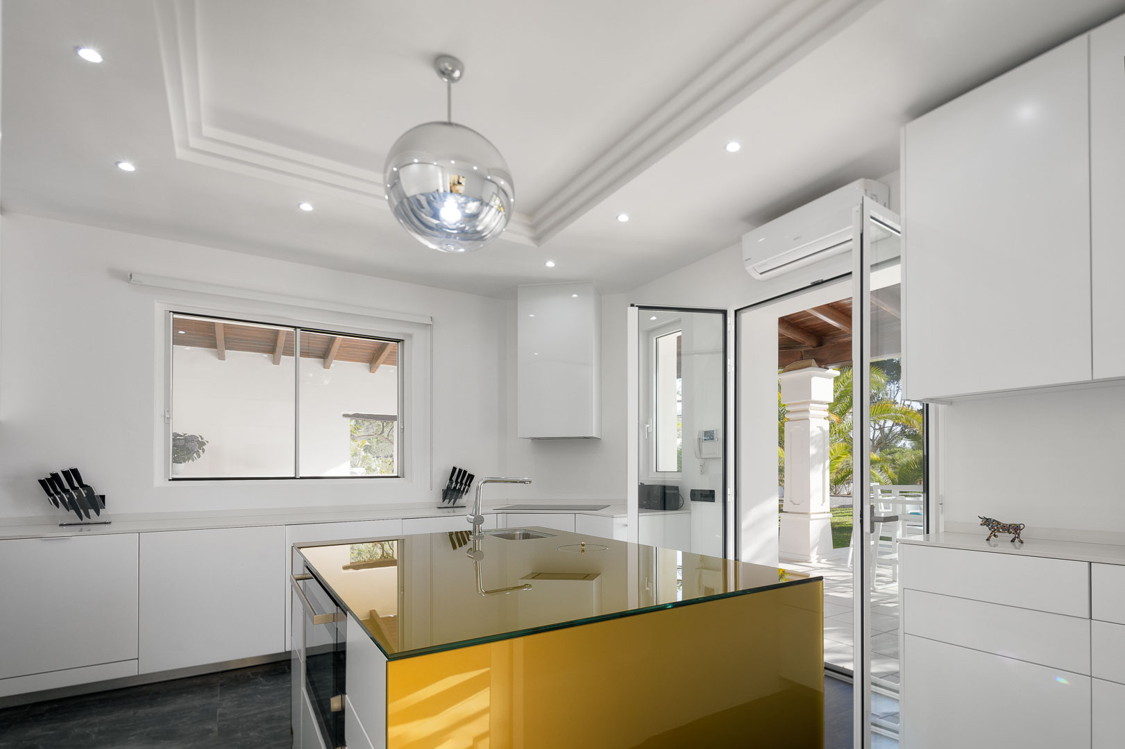 Villa real estate mesa cocina vista general
