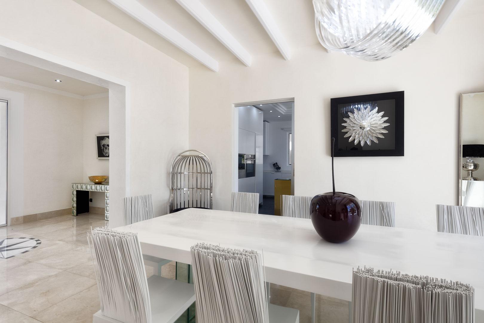 Villa real estate mesa comedor vistas entrada y hold