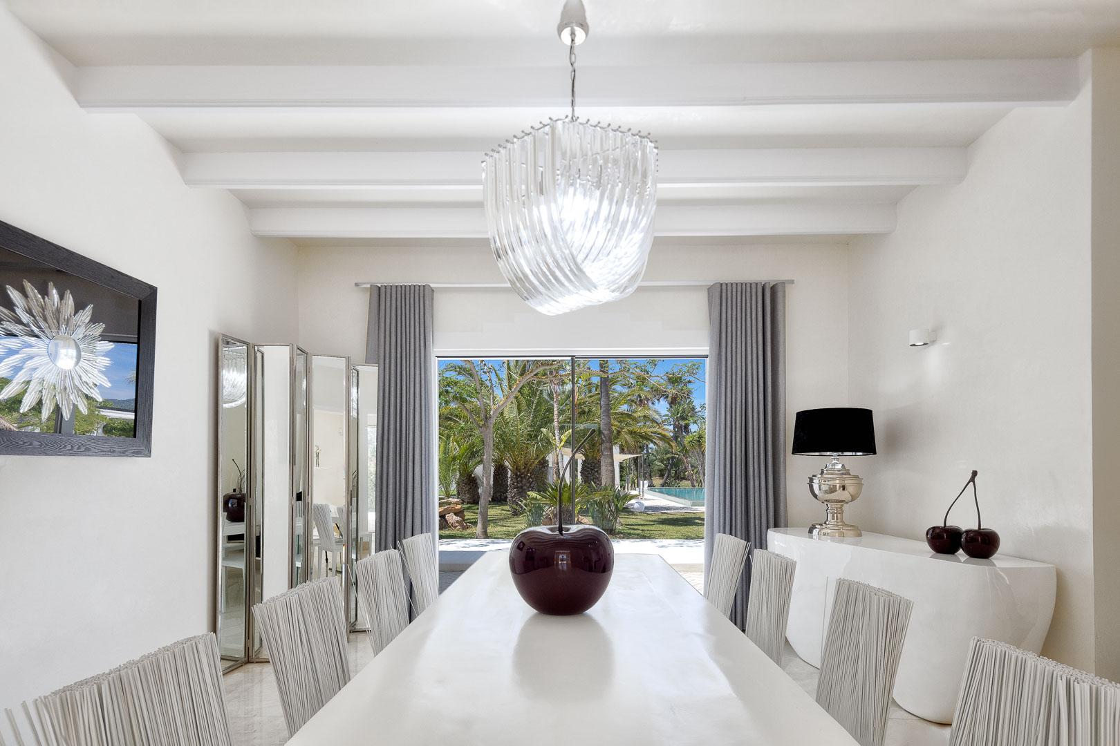 Villa real estate mesa comedor vistas jardín