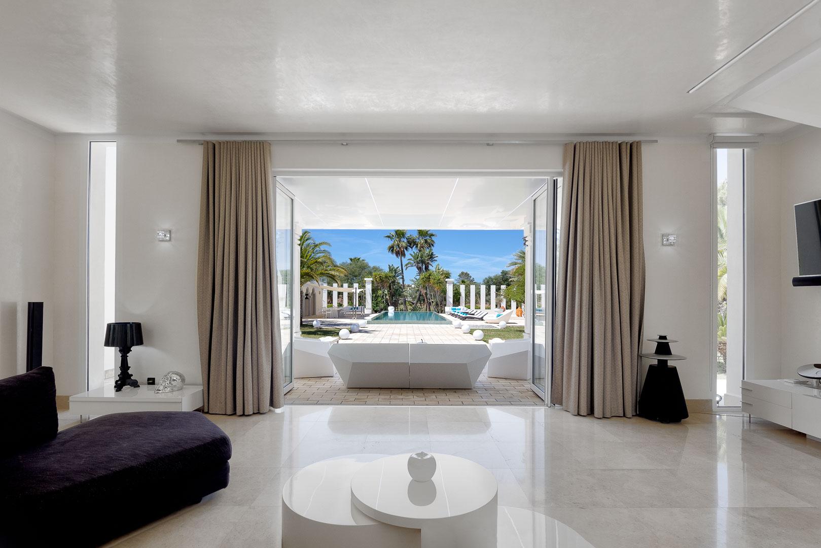 Villa real estate mesa salón vistas piscina