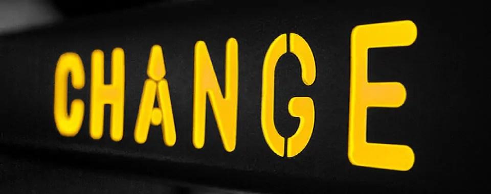 La palabra cambio en un letrero para simbolizar cómo cambiar a través del coaching