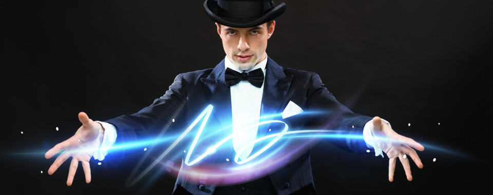 Imagen de un mago con sus manos abiertas para representar la magia del coaching