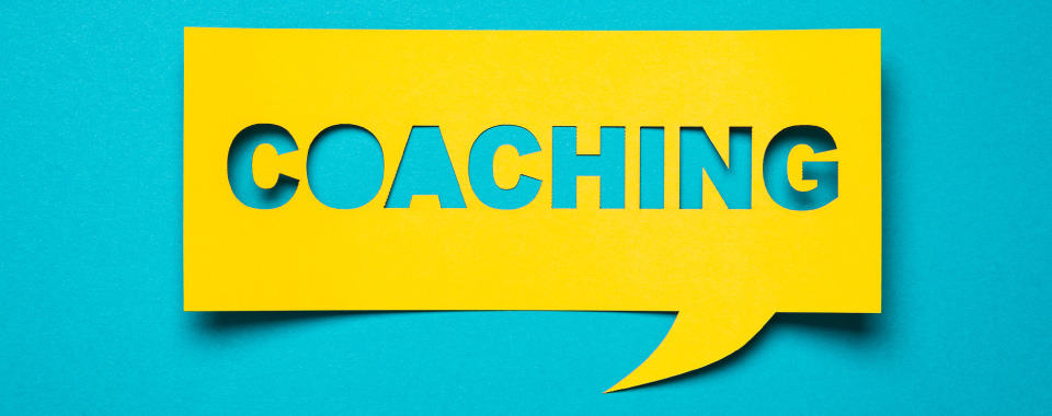 Un cartón con letras que dicen coaching para representar el coaching empresarial