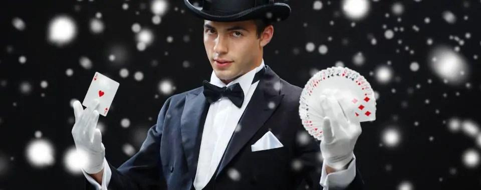 Un mago sostiene cartas en sus manos para representar la estructura mágica del coaching con PNL
