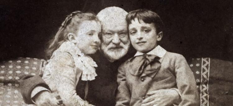 Victor Hugo junto a sus nietos Georges y Jeanne en París