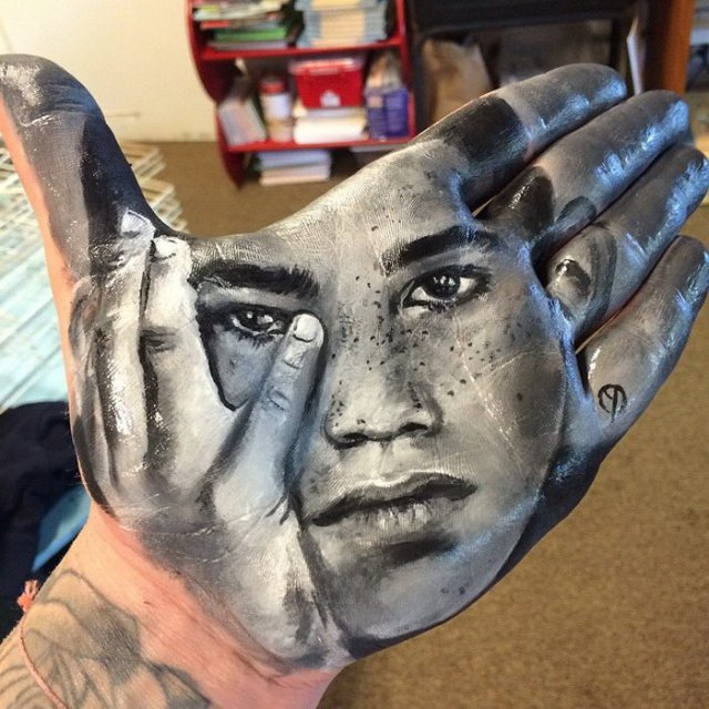 portraits on the palms of his hand_1