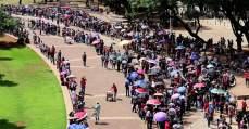 A cara da crise: milhares fazem filas em busca por emprego