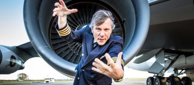 Bruce Dickinson, vocalista da Iron Maiden e piloto - rock e aviões