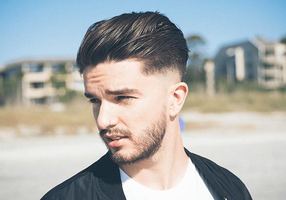 Profil eines Mannes mit Bart und Nasenpiercing