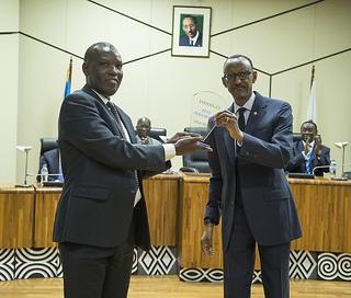 Ifoto Meya w'Akarere ka Huye ahabwa igihembo cyo kwesa Imihigo