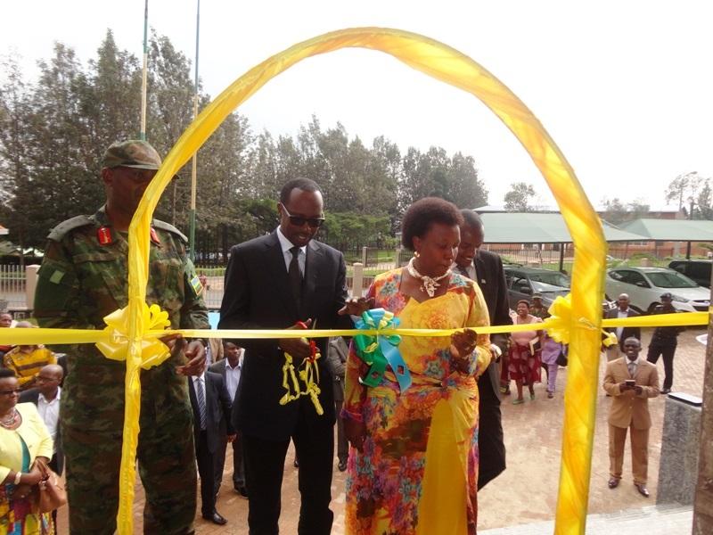 Guverineri Munyantwali Alphonse ataha akarere hamwe n'abandi bayobozi