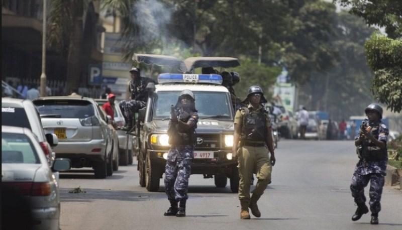 Abapolisi n'Abasirikare mu gukumira imyigaragambyo i Kampala.