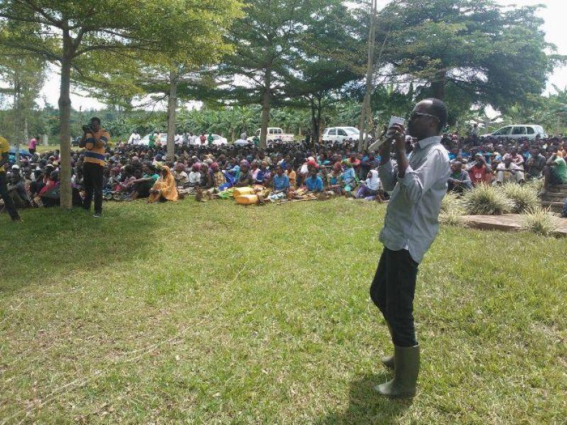 Guverineri w'intara y'amajyepfo Munyantwari Alphonse aganira n'abaturage.