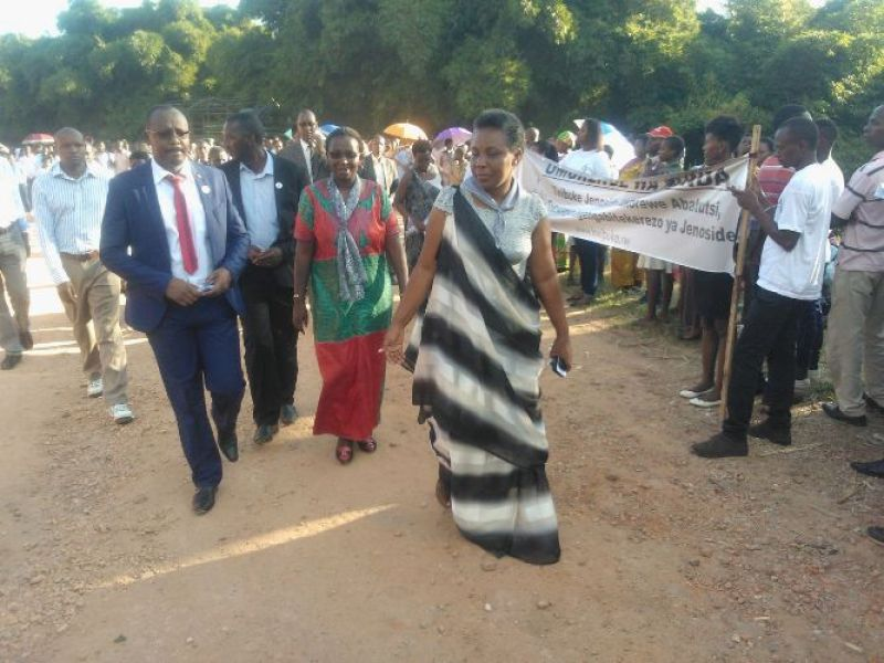 Mayor Aimable w'Akarere ka Kamonyi na Gitifu w'umurenge wa Runda Christine .