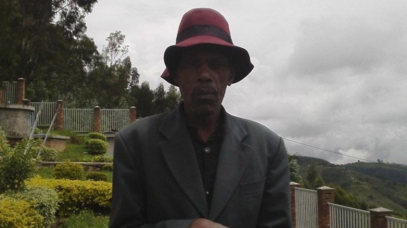 Umusaza Nyakayiro Amos warokokeye Jenoside yakorewe abatutsi mu Bisesero.
