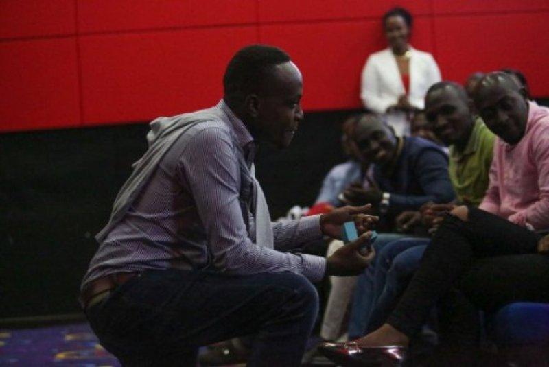Clement, yateye ivi asaba Knowless ku mwambika impeta no kwemera ko bazarushingana.