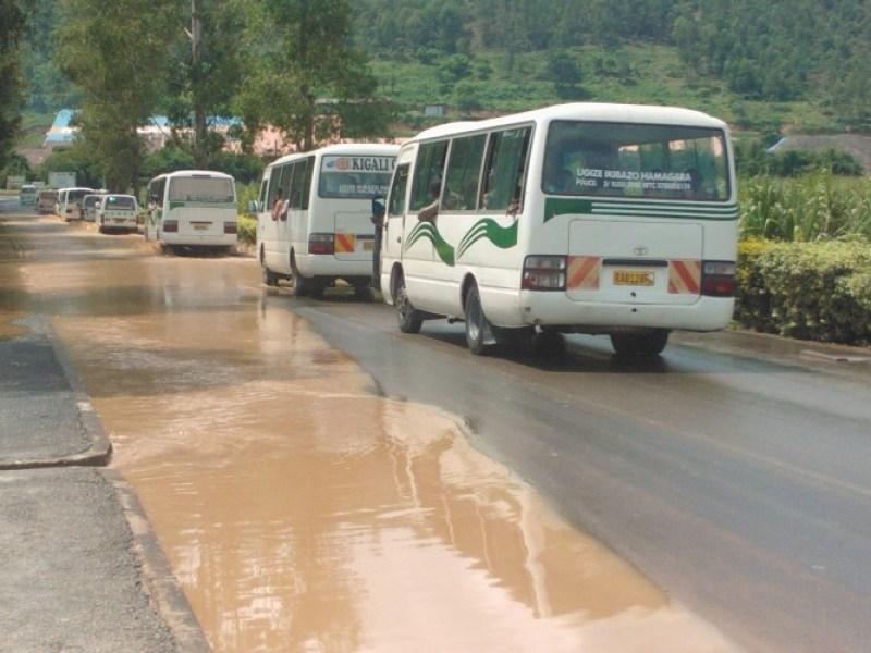 Ubwo imodoka zari zifashe umuhanda zitwaye abantu zerekeje Kigali.