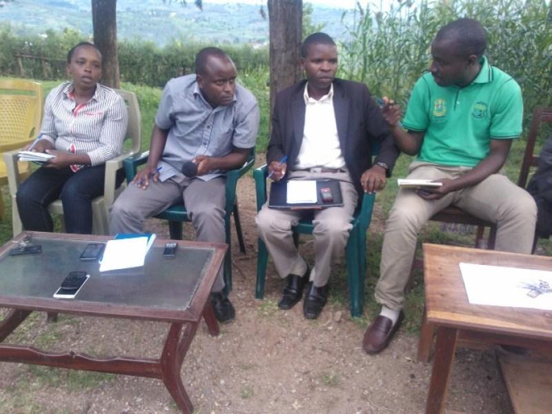 bamwe mu bagize itsinda  ryoherejwe n'akarere gukemura ibibazo bya girinka.