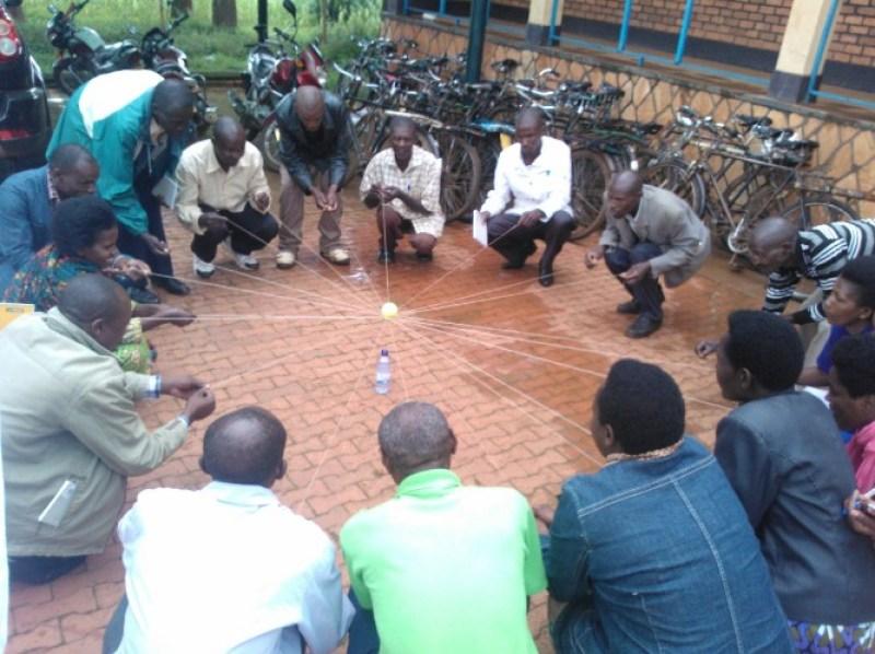Umukoro ngiro wo guterura no gusigasira igisenge, ugendereye kwigisha gukorera hamwe, gushyira hamwe.