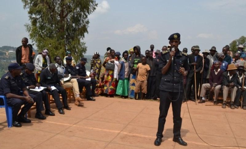 ACP Muligo hamwe n'abandi bayobozi baganira n'impunzi za Gihembe.