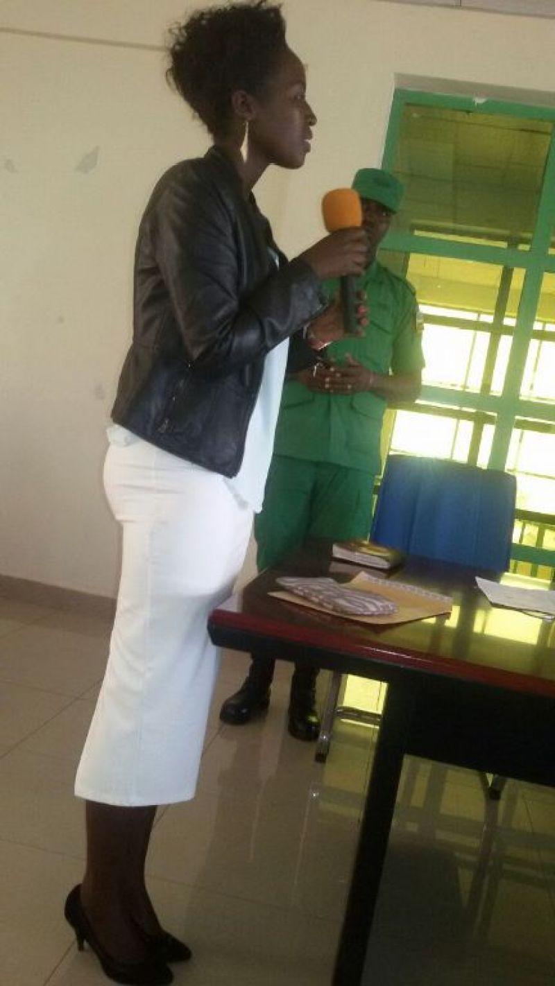Niyonizera Judithe agaragaza ibyishimo atewe n'ubunyangamugayo bwa DASSO wamutoraguriye amafaranga n'ibyangombwa.