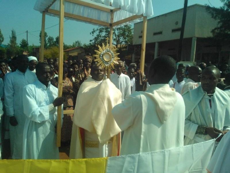Padiri Gasigwa Alexandre amaze kwakira Paruwasi Ruyenzi.