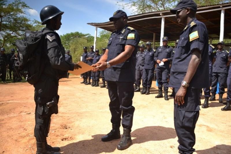 IGP Gasana, ashyikiriza ibihembo abapolisi bitwaye neza.