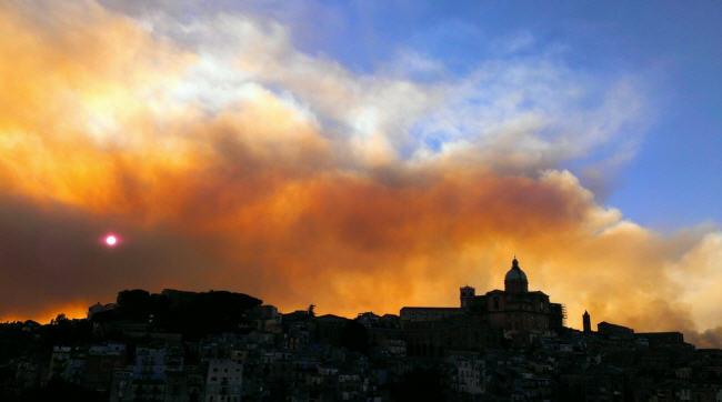 Il Governo regionale non sa tutelare i boschi dal fuoco che così diventano un pericolo per le persone