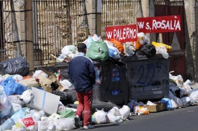 """Palermo sommersa dai rifiuti 'differenziati'. Orlando a Musumeci: """"Nello, pensaci tu..."""""""