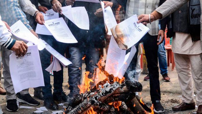 Farmers burn copies of farm laws on Lohri