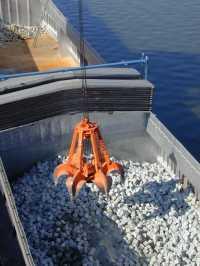 Entladung von Binnenschiff mit einem Kröger-Industriegreifer