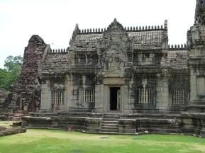 Vista lateral de Phimai en donde se aprecia las partes originales y las añadidas
