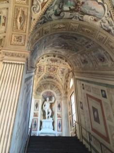Una de las vertientes de subida de la escalera del Palacio del Viso del Marqués.
