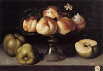 Fede Galizia. Bodegón de bandeja con pie de cristal con melocotones, manzanas y flores. Foto: wikicommons