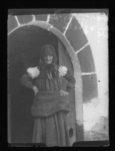 Sebastiana Puyó. Fotografía tomada durante la estancia de Joaquín Sorolla en Ansó, El Roncal e Isaba en agosto de 1912. Foto: Museo Sorolla. Fuente: CER.ES