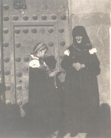 Imagen de una anciana y su nieta, del valle de Ansó, a la puerta del convento de las Descalzas Reales de Madrid. Fuente: CER.ES