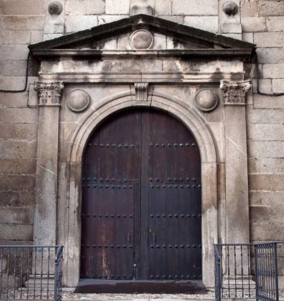 Portada de la iglesia de Santiago apóstol de Cebreros (Ávila) [Cebreros.es].